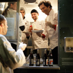 藝術家拉克威茨(右)與助手在移動式餐車上烹調食物,成員包括美國退役軍人以及伊拉克裔的當地居民。