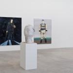 「親愛的復仇女神,尼可.艾森曼1993-2013」展覽現場,聖路易斯當代美術館,展期2014年1月24至4月13日,攝影:David Johnson  〈哈姆雷特〉、〈深海潛水員〉、〈Celeste肖像〉繪畫與〈睡著的男大生〉石膏像。