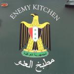 英文、阿拉伯文的〈敵軍廚房〉標誌。