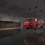 白立方畫廊內懸掛著消防車與畫作。(c)Theaster Gates(攝影:Ben Westoby/Courtesy White Cube)