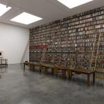畫廊的一面牆上擺滿了黑人作家撰寫的或與種族議題相關的圖書。(c)Theaster Gates(攝影:Ben Westoby/Courtesy White Cube)