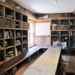 屋內擺放著書籍與蓋茨創作的陶器。
