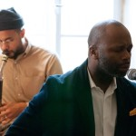 蓋茨與密西西比黑人僧侶樂團共同演出。